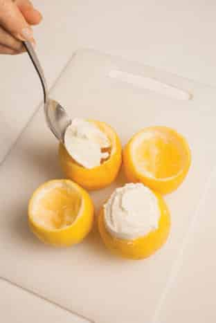 Limoni biologici farciti con gelato al limone