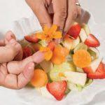 Insalata mista con uva, mela e fiori: l'estate in tavola!