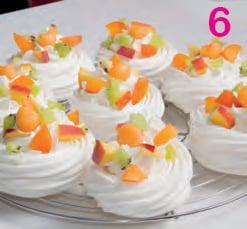 Mini pavlova alla frutta: la meringa si fa torta