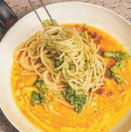 Bucatini con pesto di broccoli, uvetta e acciughe