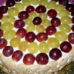 Torta con bavarese di yogurt, uva e mandorle