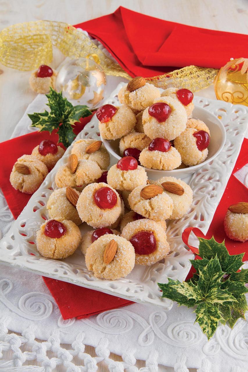 Dolci di pasta di mandorla: paste secche con ciliegie candite