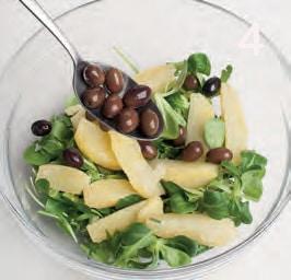 Insalata di patate e soncino con olive e acciughe
