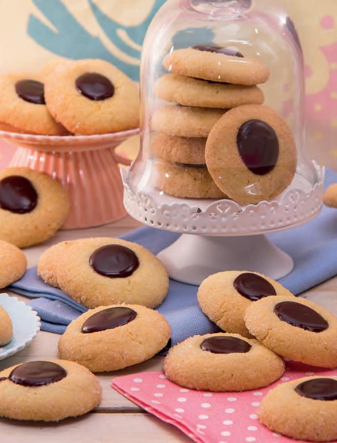 Biscotti di mandorle farciti al cioccolato gianduia