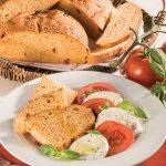 Caprese di mozzarella e pomodoro con il pane fatto in casa