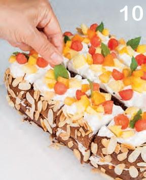 Torta al cioccolato con crema di yogurt e mix di frutta estiva