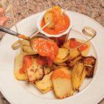 Patate con salsa piccante: dalla Spagna, la ricetta delle Patatas bravas