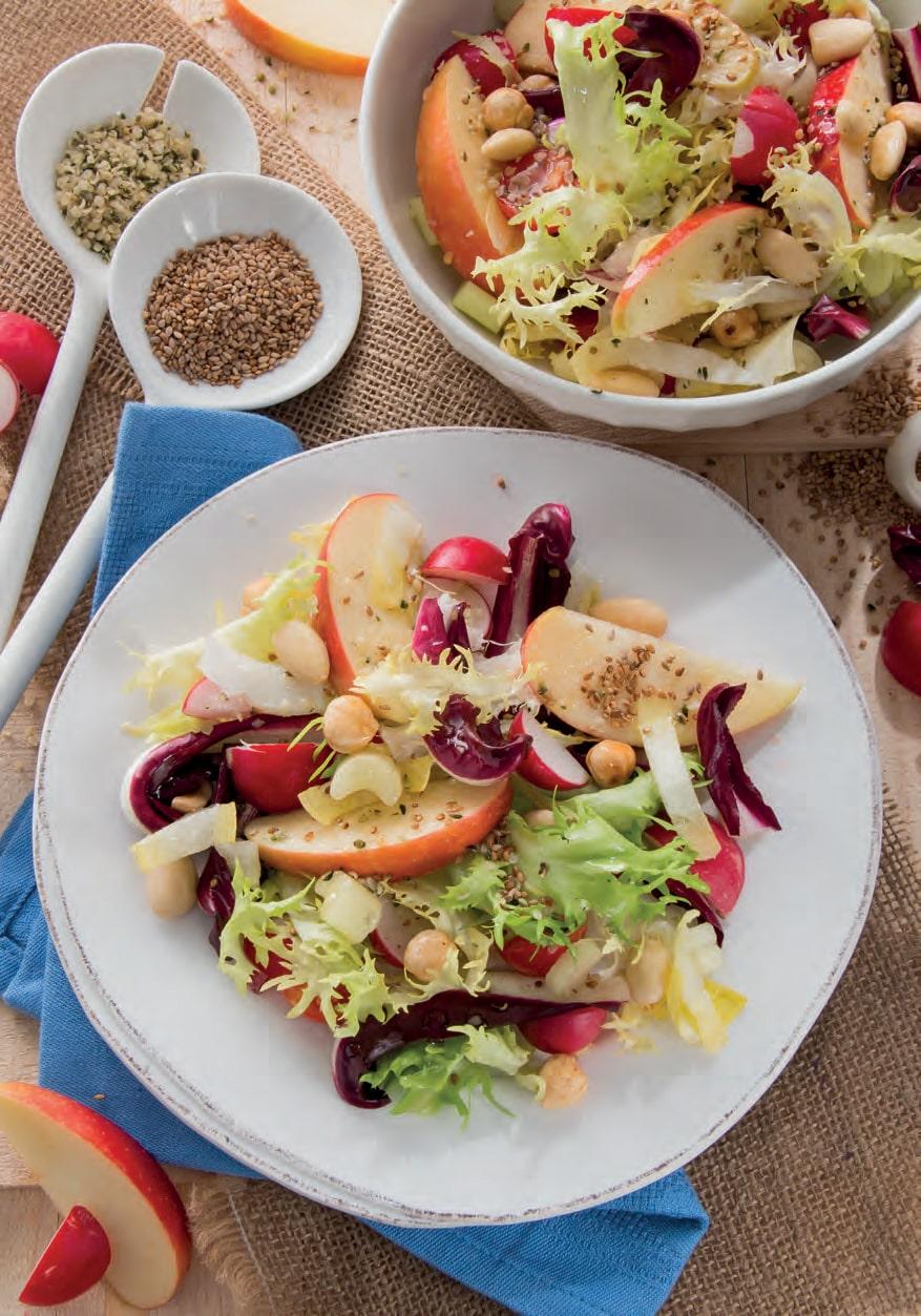Insalata mista con mele, ravanelli e semi di canapa e sesamo