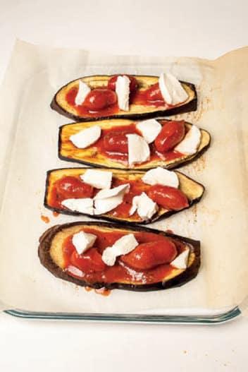 Bruschette di melanzane con datterini e mozzarella