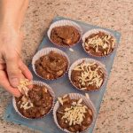 Tortine ricche con cioccolato, castagne e frutta essiccata