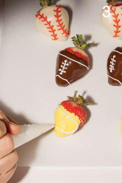 Per la festa a tema sport: fragole da rugby e hamburger da baseball