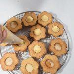 Fiori con crema di cocco: i biscotti con kamut e farro