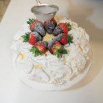 Torta alla panna con cioccolato bianco e fragole glassate