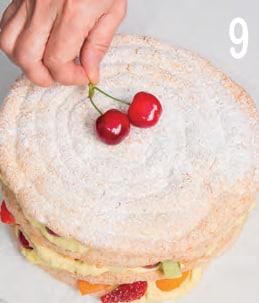 Delizia di meringa al cocco con crema e macedonia di frutta