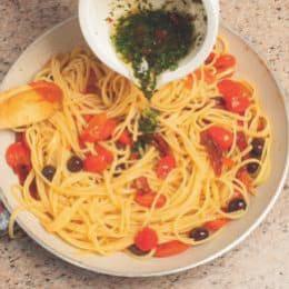 Linguine piccanti con pomodori datterini e olive taggiasche