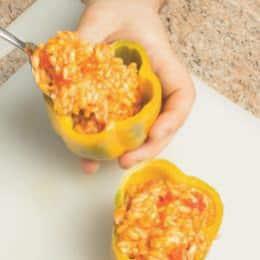 Peperoni farciti con riso, pollo e prosciutto cotto