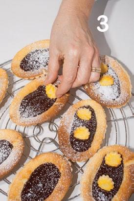 Crostatine ovali con ripieno all'arancia e cioccolato