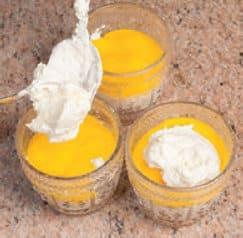Coppe con crema al limone, yogurt e meringhe