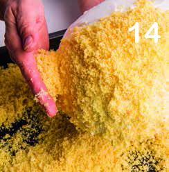 Zuccotto al mascarpone e lamponi con copertura di mimosa
