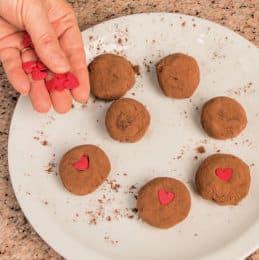 Tartufini romantici al cioccolato e brandy