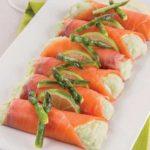 Mini involtini di carpaccio di salmone farciti con mousse di asparagi