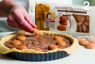 Crostata coperta con crema di cioccolato e amaretti