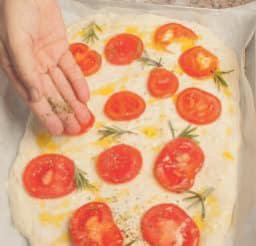 Focaccia barese con pomodori e sale grosso