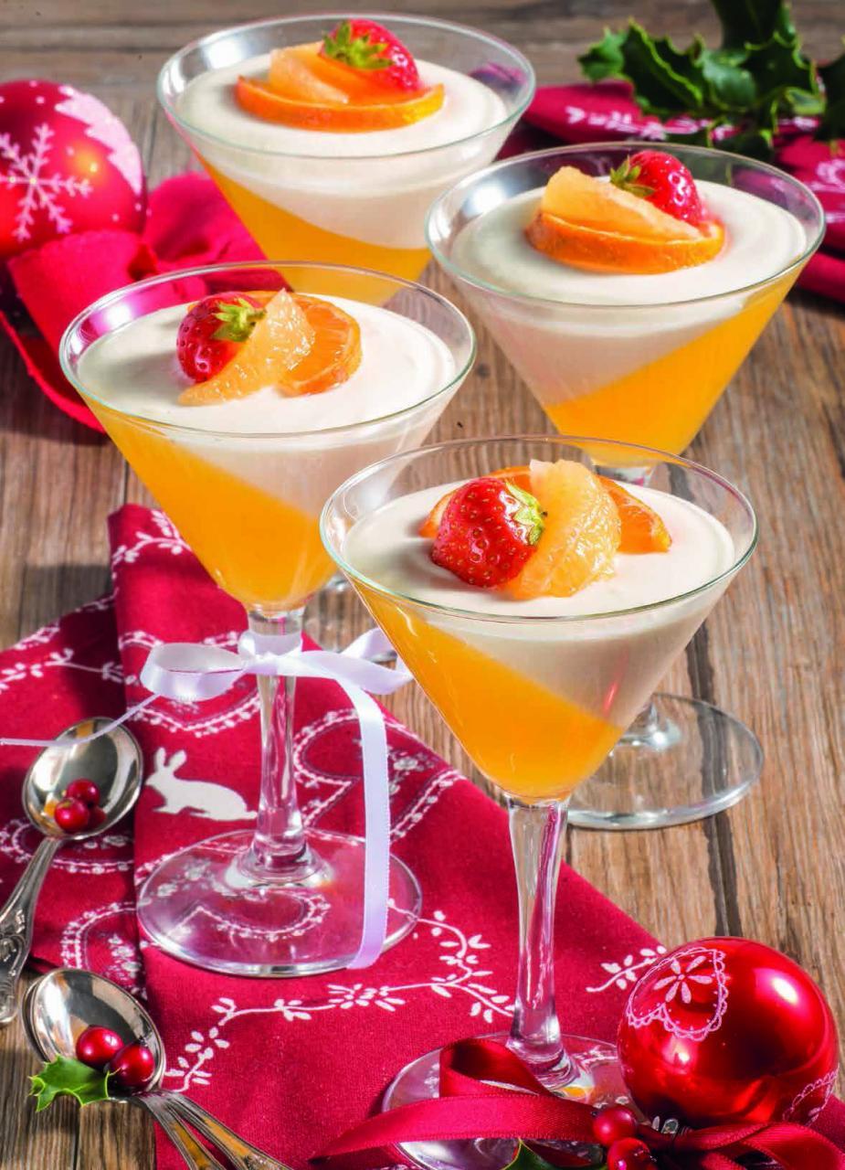 Coppe con gelatina di mandarini e panna