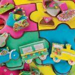 Torta a forma di puzzle con biscotti colorati