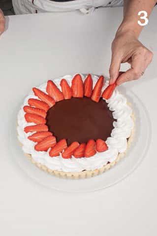 Crostata ricca con cioccolato bianco e fondente, panna e fragole