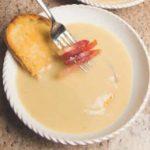 Zuppa di cipolle con speck e crostini di pane