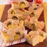 Torta integrale con zucchero di canna, pesche e susine