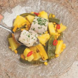 Pesce persico al vapore con peperoni, ananas e mais