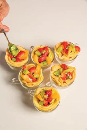 Pancake al cioccolato e frutta serviti in tazzina