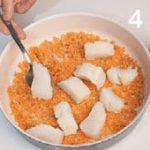 Tartine con mousse di salmone affumicato su crema di spinaci