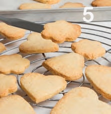 Biscotti cuori e fiori con farina di mandorle e zucchero di canna
