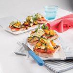 Bruschette con verdure grigliate e salsa piccante al pomodoro