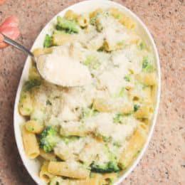 Pasta al forno in bianco con broccoli e acciughe