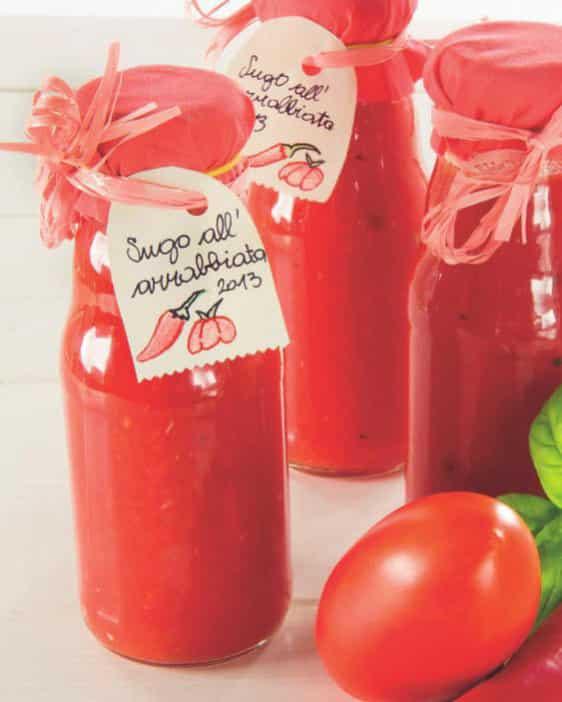 Conserve per l'inverno: passata di pomodoro dolce e piccante