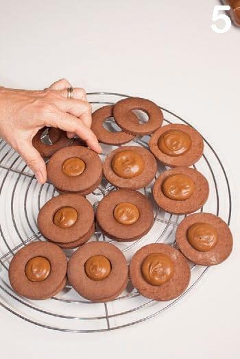 Biscotti accoppiati al cacao con crema al mou