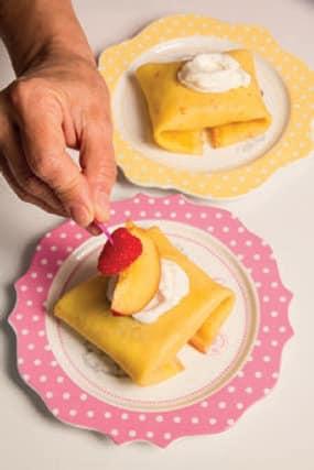 Fagottini di crêpes farciti con gelato e frutta