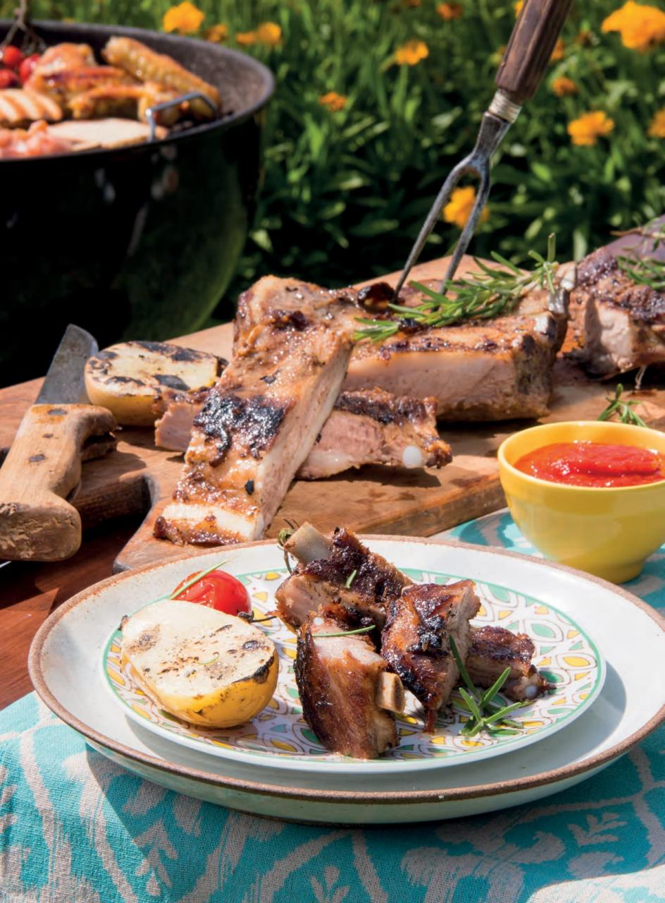 Costine di maiale alla griglia con patate arrostite