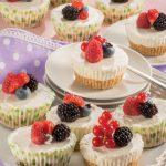 Mini cheesecake con frutti rossi da servire come dei muffin
