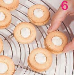 Biscotti con crema di mandorle e glassa al caffè