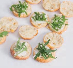 Scones al formaggio con stracchino, prosciutto e rucola