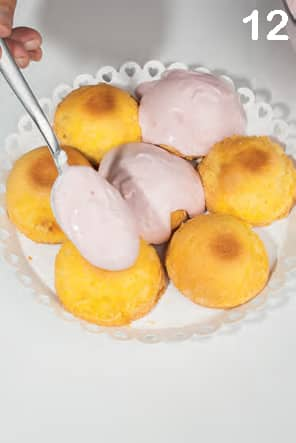 Tortine con crema di latte e lamponi bagnate al limoncello