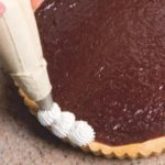 Crostata con ganache al cioccolato, panna e fragole