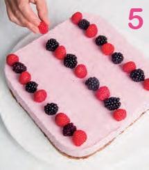 Cubetti di torta allo yogurt con lamponi e more