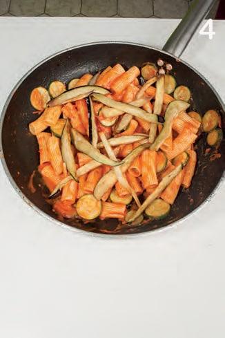Pasta alla Norma con melanzane e zucchine fritte