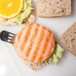 Panino gourmet con burger di salmone, tapenade e pomodorini confit